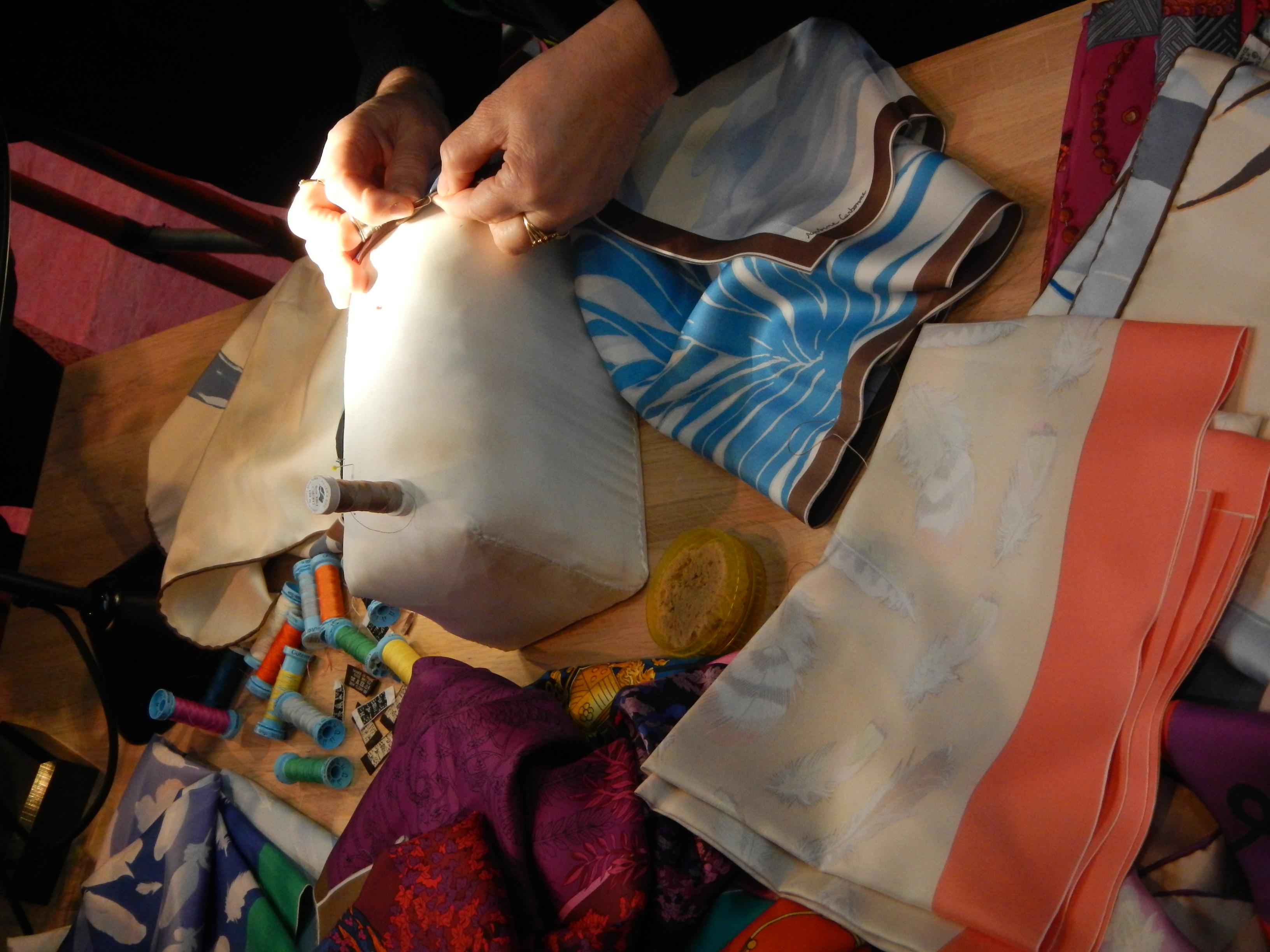 9e925591d05d Détail de la fabrication d une cravate Hermès avec la partie interne  utilisée comme rembourrage.